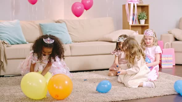 Download Girls Playing with Balloons on the Floor nulled download