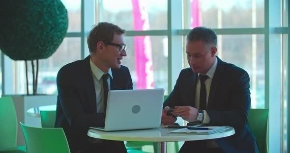 Liikekumppaneita Cafe - Business, Corporate Arkistofilmit
